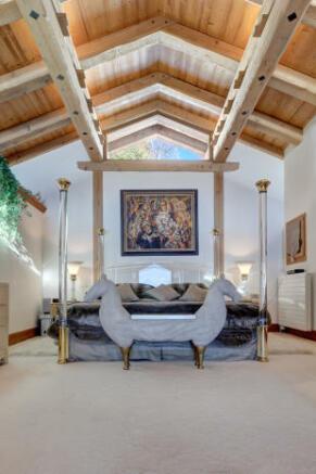 Bedroom master carpet high ceiling exposed beams Chalet Feuille d'Erable Verbier