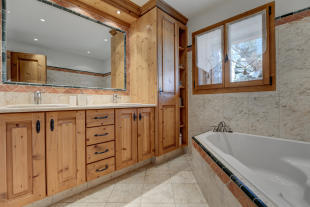 Bathroom bath tub tiled twin sink Chalet Feuille d'Erable Verbier