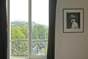Large window Etoile Avenue President Wilson Paris