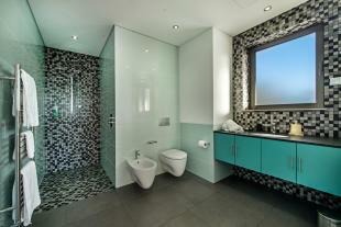 Bathroom stone floor black and white tiles shower Villa Sara Quinta do Lago Algarve