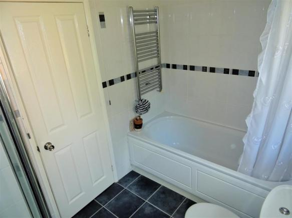 Family Bathroom (2).JPG