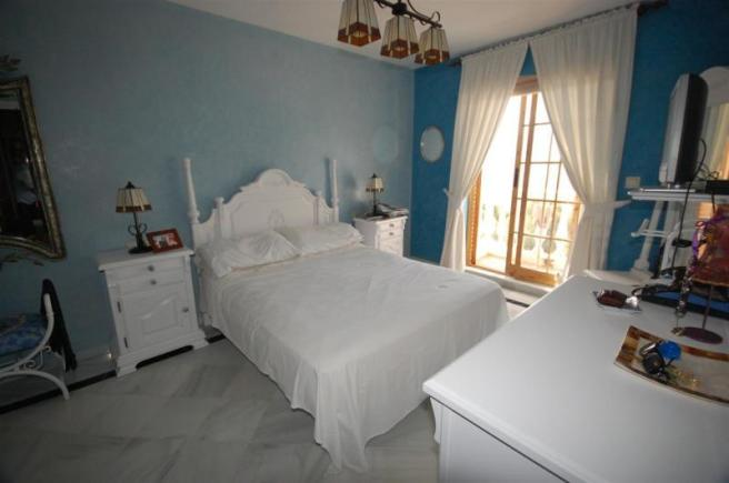 Main bedroom on entrance level with ensuite bathr