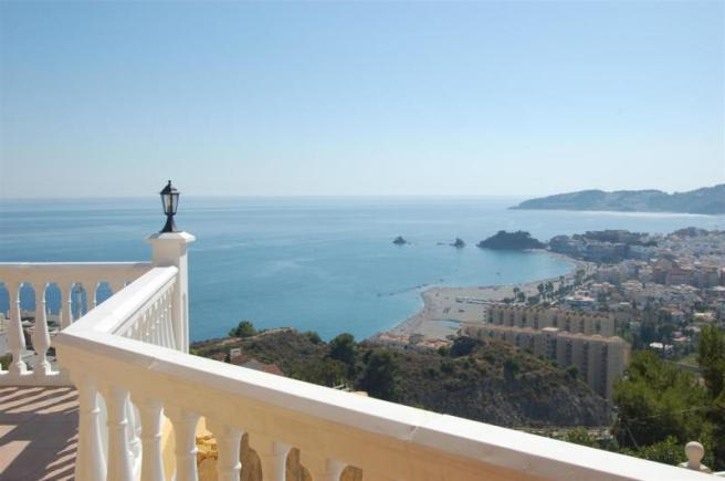 Beach & charming town of Almunecar is nearby