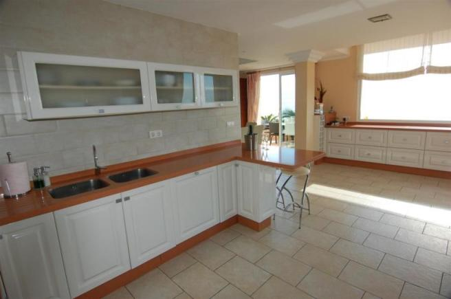There´s lots of storage & workspace in the kitchen