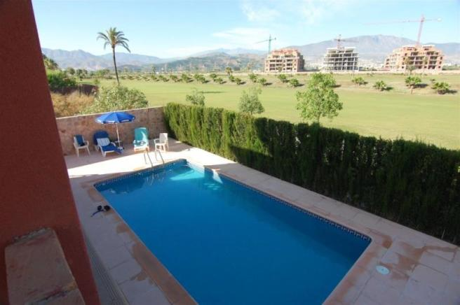 Pool overlooking golf course, 2 mins walk to beach