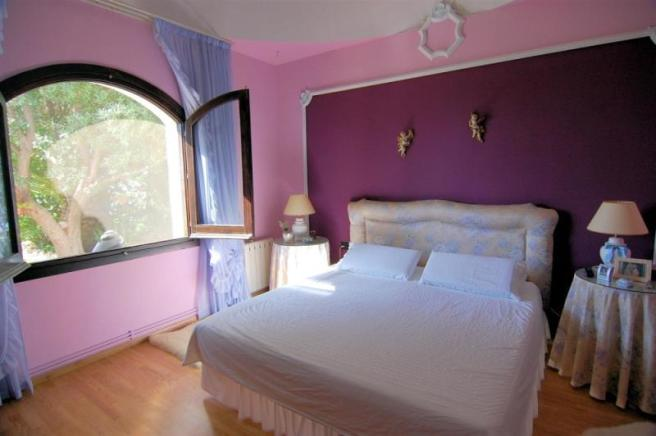 Good size, main bedroom with high, domed ceiling