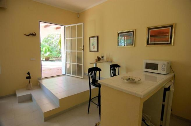 Kitchen area & breakfast bar in guest apartment