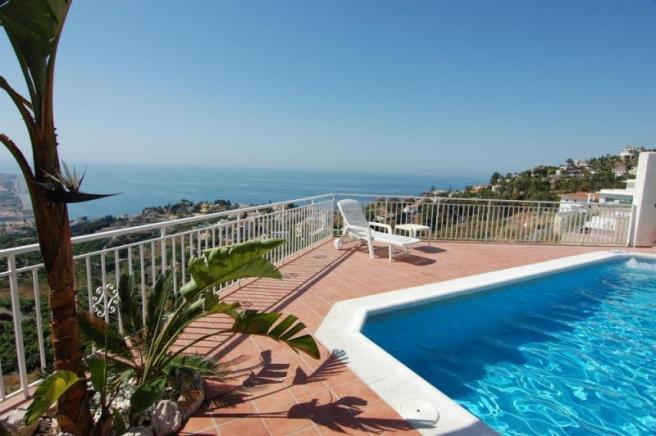 Uninterrupted sea views from pool with jacuzzi