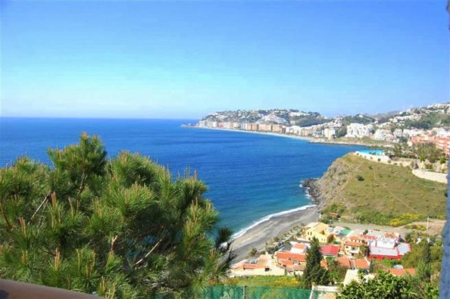 Sea view in this villa for sale in Almuñecar