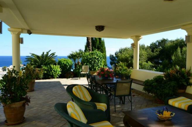Summer living room near kitchen, lounge & pool