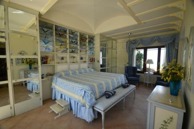 Master bedroom w/ ensuite, 2 terraces & sea views