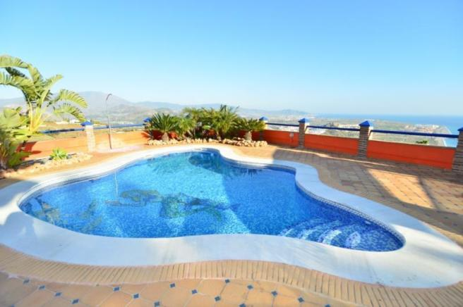 Come and enjoy this nice private, pool