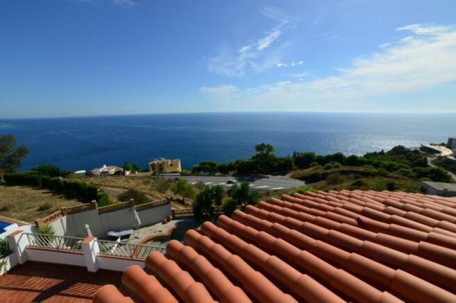 Sea view in this villa for sale in Salobrena