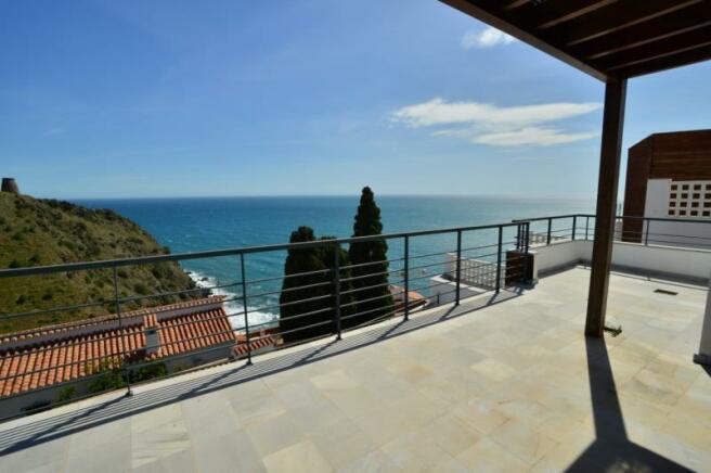 Sea view in this villa for sale in Almuñecar