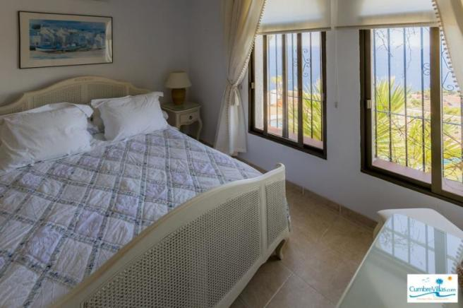 Another niche bedroom with sea view