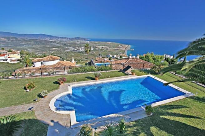 Pool with unobstructed, future proof sea views