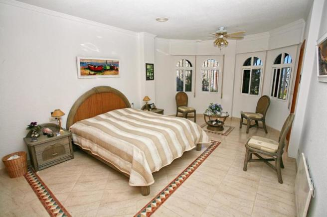 Large 2nd bedroom with easy access to pool