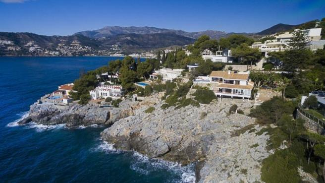 Villa with steps down to sea & easy walk to town