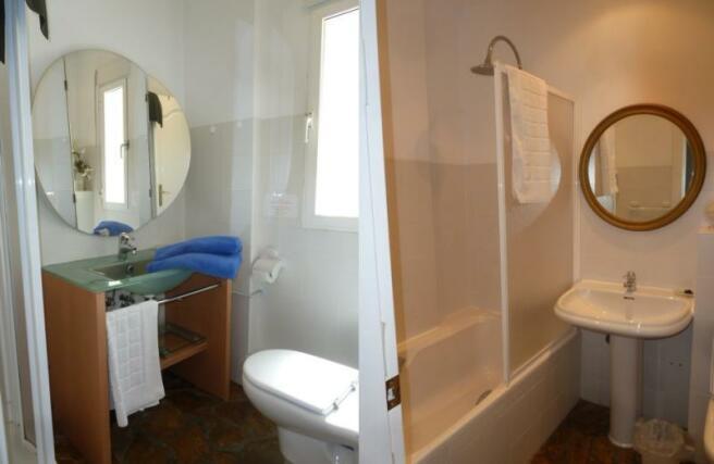 2 bathrooms in apartment 1st floor
