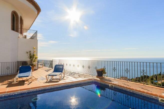 This villa enjoys sunshine all day long!