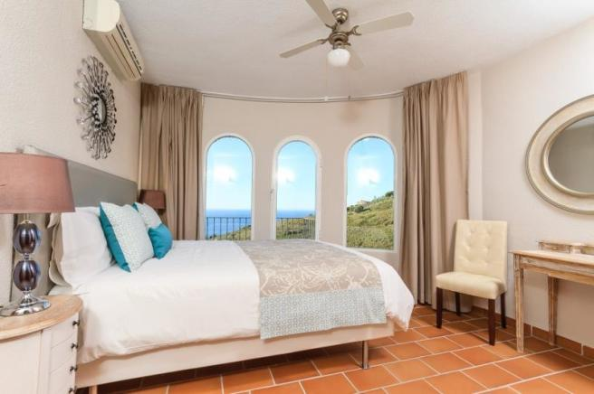 Main bedroom on entry level with ensuite & views