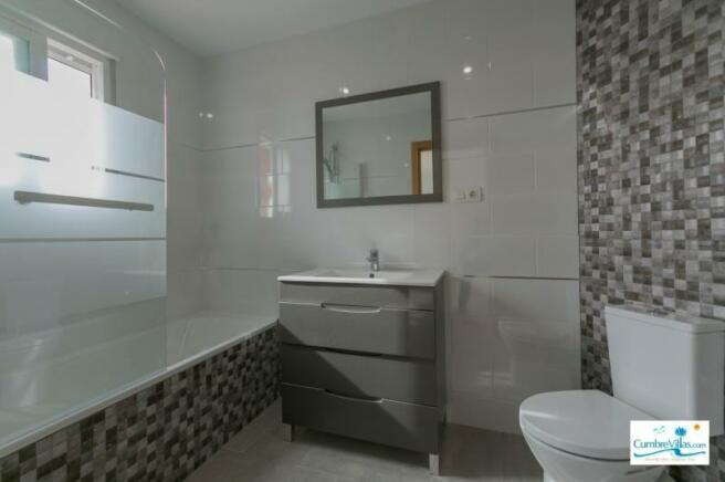 A very stylish ensuite bathroom