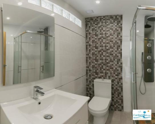 High quality ensuite shower room with power shower