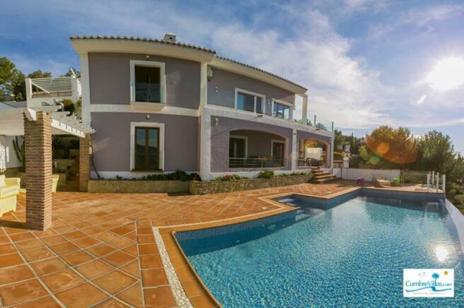 Luxurious, contemporary 5 bedroom villa