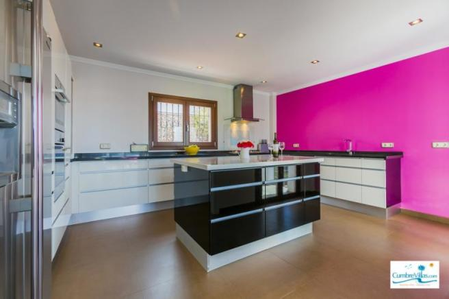 Kitchen has gas cooker & everything you could want