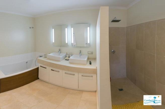 Practical & stylish ensuite bathroom
