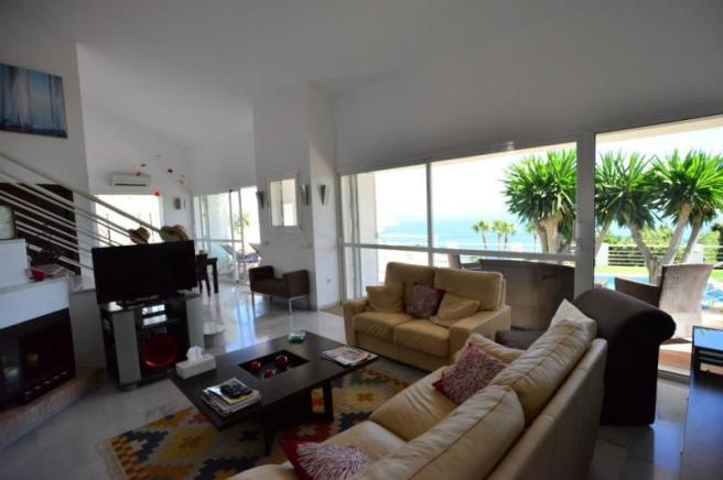 Spacious living area w/views&access to the terrace