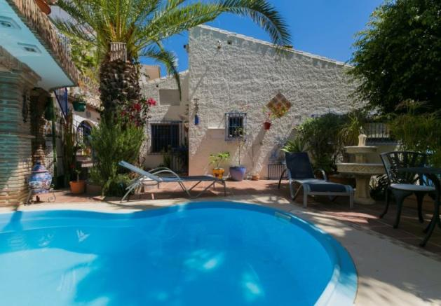 Pool is heated & isn´t overlooked & has swim jet