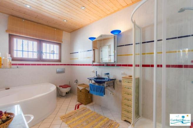 1 of the 2 ensuite bathrooms in the main house