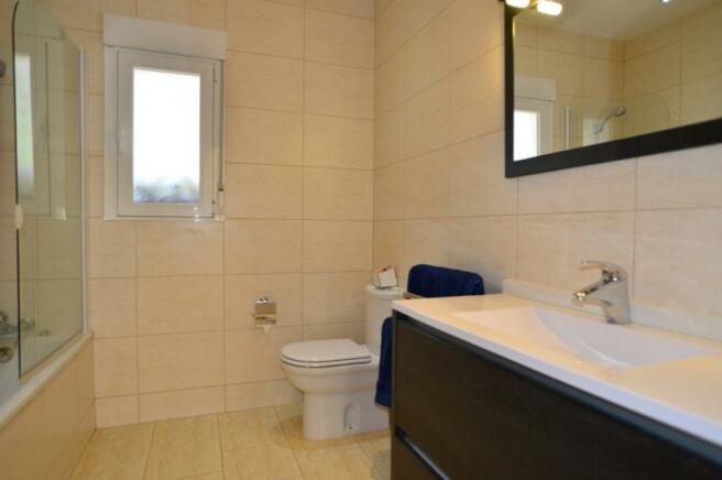 Ensuite bathroom of the single bedroom