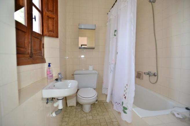 En suite bathroom in the guest house