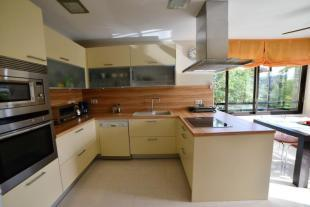 Modern, fully fitted kitchen
