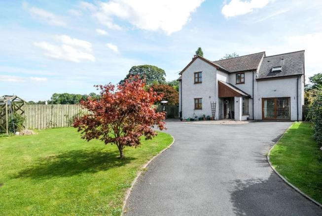 Spacious 5 bedroom village house