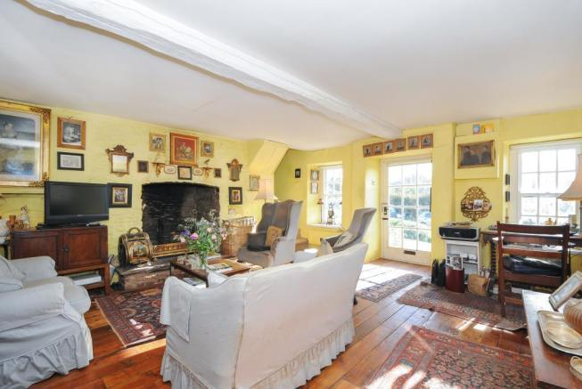 Well proprtioed sitting room