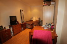 Studio apartment in Broadfields Avenue...