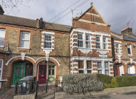 3 bed Flat in Winns Avenue...