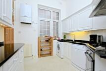 3 bedroom Flat in North Common Road...