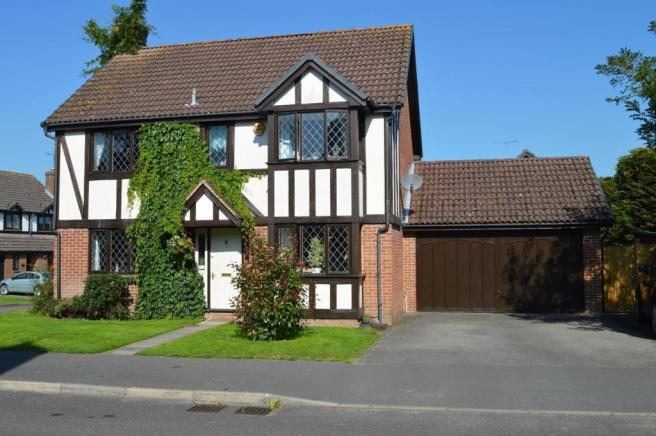 4 Bedroom Detached House For Sale In Throgmorton Road Yateley