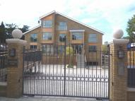 3 bed Flat to rent in Hampton Court Road...
