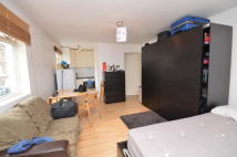 Studio flat in NORTH END ROAD, London...