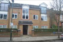 Flat to rent in Vicarage Rd, Teddington...