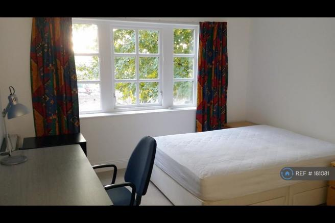 Double Bedroom With Desk