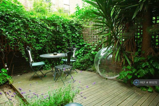 Private Garden - Decking w Underfloor Lighting
