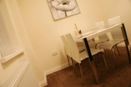 Lounge: Dining Area