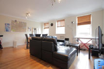 Flat to rent in Wolfe Crescent, London...