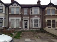 Ground Flat to rent in Kensington Gardens...